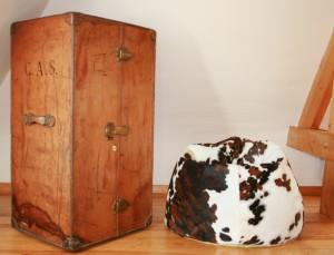 Pouf en peau de vache marron pour une décoration intérieure douillette mais rock