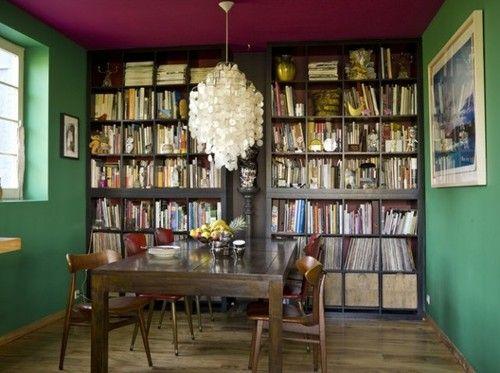 Un salon haut en couleur, au charme rétro.